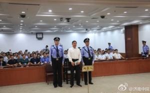 Bo XIlai mentre ascolta la sentenza