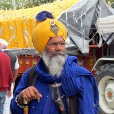 Un membro della comunitˆ sikh dei Nihang si prepara per la festa sacra di Holla Mohalla. Durante la festa, i membri di questa comunitˆ simulano battaglie, cavalcano cavalli, si sfidano in combattimenti e mostrano abilitˆ con le armi e le arti marziali. ANSA/Nello Del Gatto