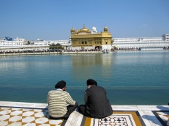 Pellegrini sikh dinanzi al Tempio d'Oro di Amritsar, nel Punjab indiano. Il Tempio d'Oro  il luogo pi sacro per la religione Sikh. ANSA/Mimmo Torrese